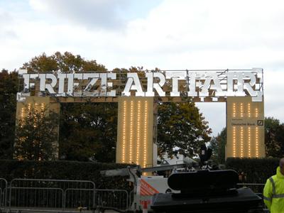 尽管Frieze的定位属于非营利组织,但是很明显,通过这个平台来兜售自己的作品是个黄金级别的渠道。据称,在2006、2007这两个当代艺术极其火热的年份里,只要是进入Frieze的作品必然等不到展期结束就被抢购一空。这也彰示了Frieze不仅在商业上成绩显赫,并且也是当代艺术市场起落、作品价值定位的一个重要标志。